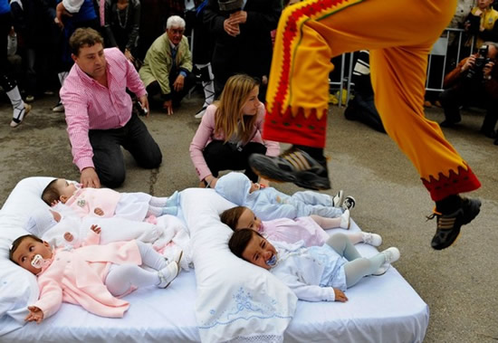 The Baby Jumping Festival Of Castillo photos